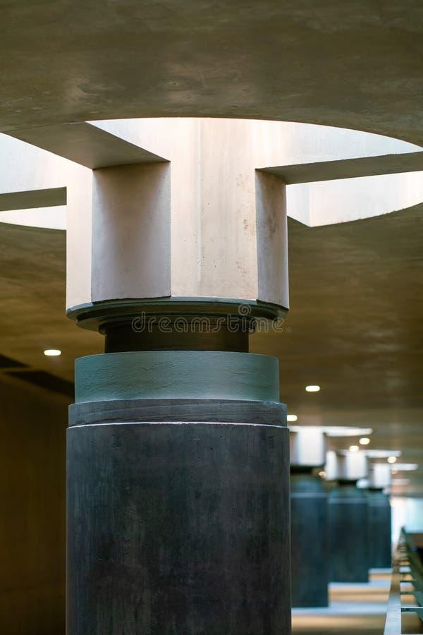Sguardo dettagliato ad una lampada di luce del giorno alla stazione della metropolitana Bundestag di Berlino immagini stock libere da diritti
