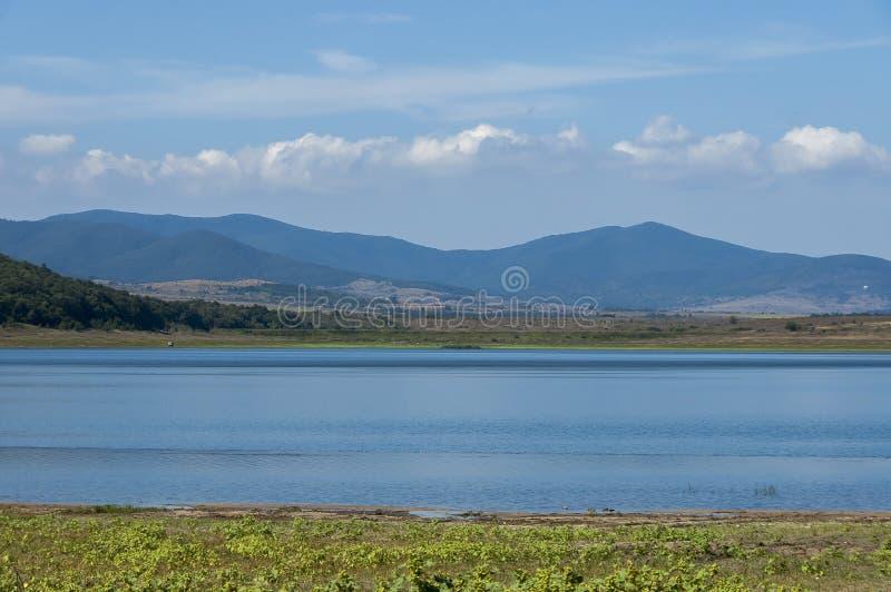 Sguardo di bellezza verso il lago pittoresco e la montagna Rabisha sopra la caverna di Magura immagini stock libere da diritti