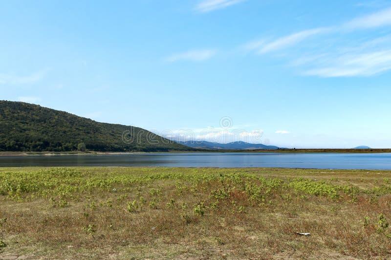 Sguardo di bellezza verso il lago pittoresco e la montagna Rabisha sopra la caverna di Magura immagine stock libera da diritti