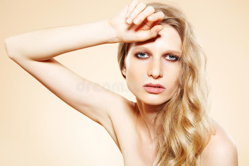 Sguardo di modo. Modello di fascino con capelli lunghi eleganti immagini stock