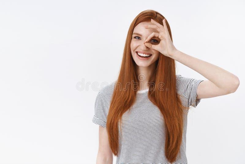 Sguardo eccellente perfetto giusto dell'occhio del segno di approvazione di gesto della testarossa di manifestazione uscente ador fotografia stock libera da diritti