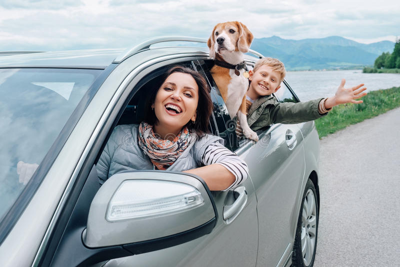 Sguardo felice della famiglia fuori dalle finestre di automobile fotografie stock libere da diritti