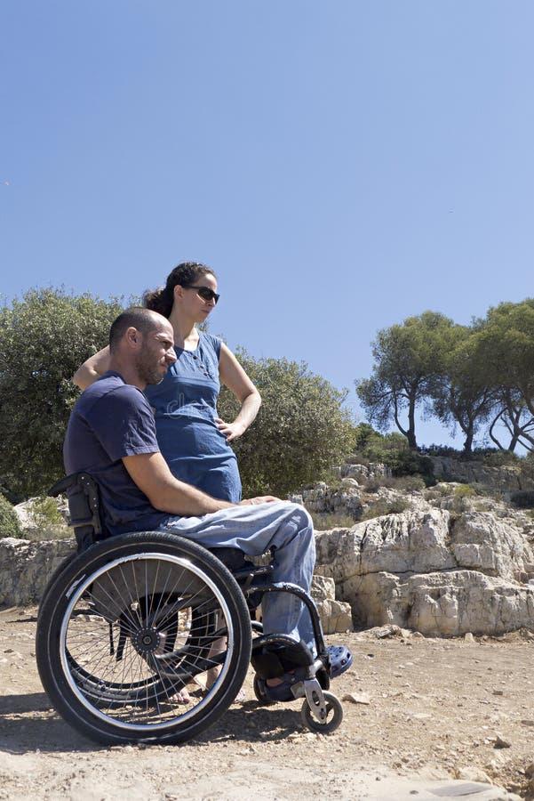 Sguardo fisso delle coppie della sedia a rotelle immagine stock