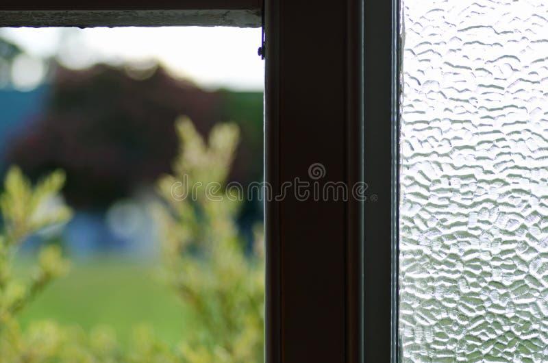 Sguardo fuori attraverso la finestra vecchia d'annata aperta della casa fotografia stock