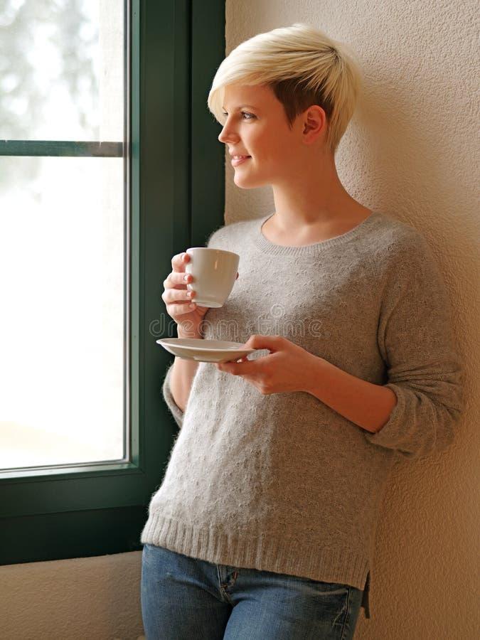 Sguardo fuori del caffè bevente della finestra fotografie stock libere da diritti