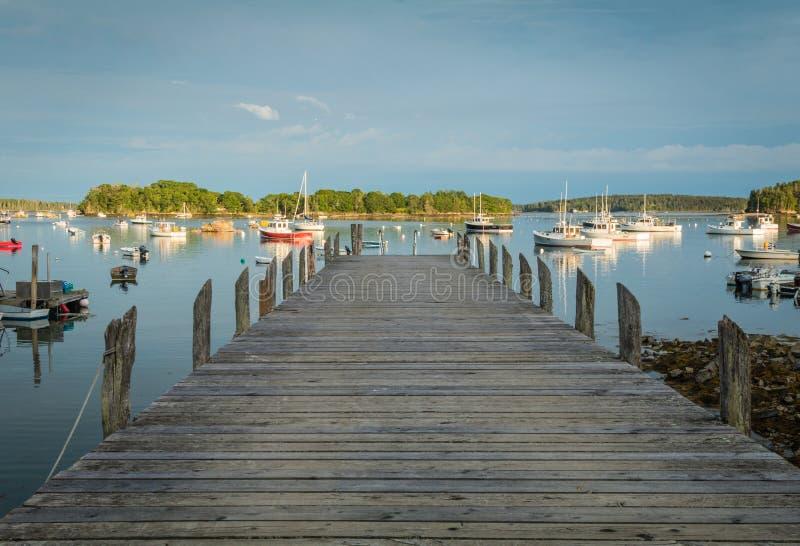 Sguardo fuori sopra il bacino nel porto con le barche e le boe dell'aragosta immagini stock