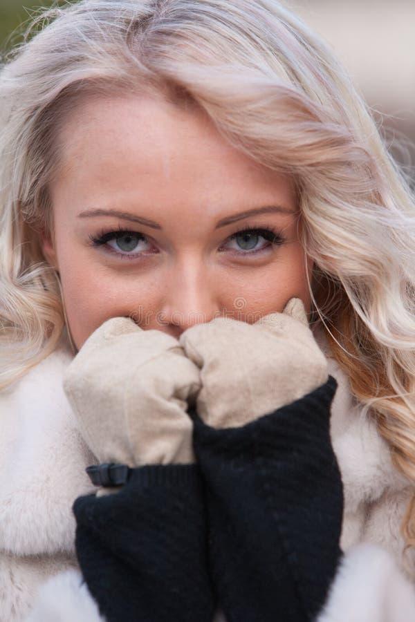 Sguardo intenso di una donna nell'inverno fotografia stock