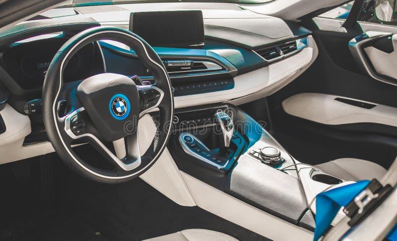 Sguardo interno dell'automobile sportiva di BMW i8, foto presa ad un'Expo dell'automobile fotografie stock libere da diritti
