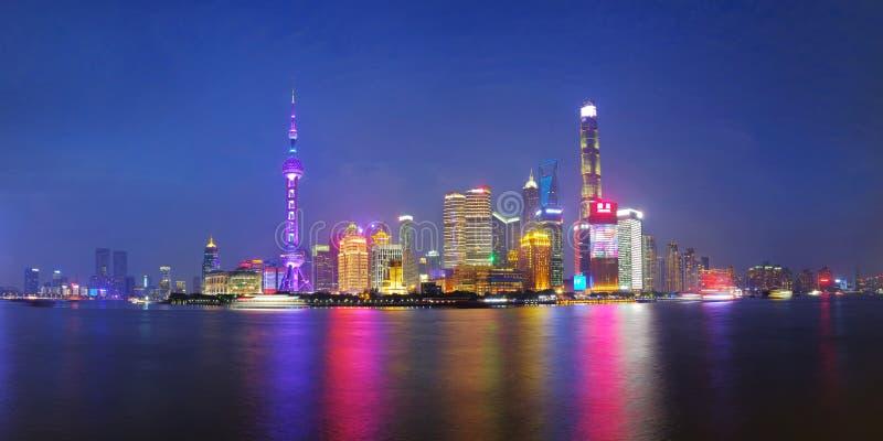 Sguardo laterale di Pudong dell'orizzonte della città di Shanghai attraverso il fiume Huangpu su tempo crepuscolare Schang-Hai, C immagine stock