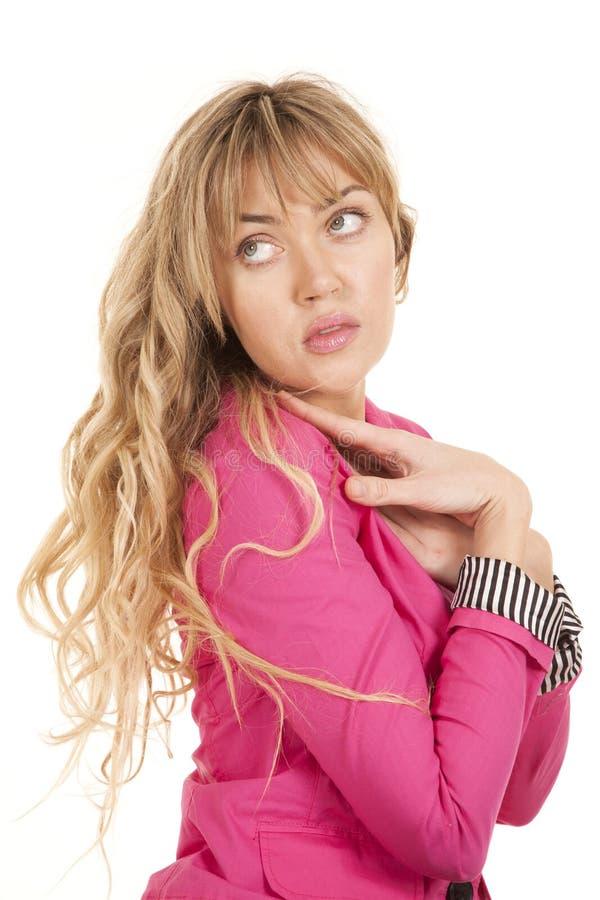 Sguardo laterale rosa della donna sopra la spalla fotografia stock libera da diritti