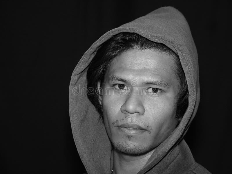 Sguardo pensieroso maschio asiatico alla macchina fotografica fotografie stock