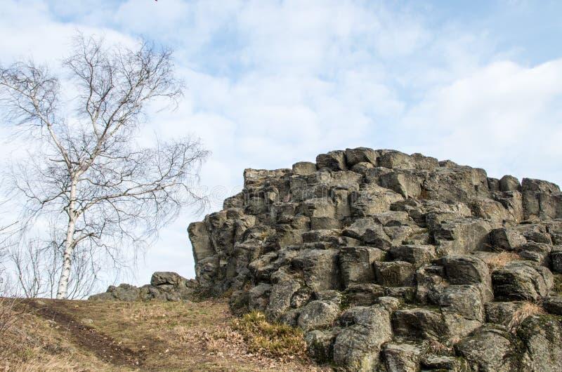 Sguardo più attento a formazione rocciosa con lo sguardo astratto del ` s Goethekopf/Großer capo- Stein di Goethe in Germania immagine stock
