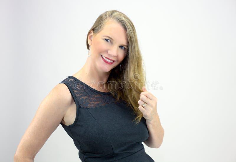 Sguardo sorridente sparato testa bionda matura della femmina ad un lato fotografie stock