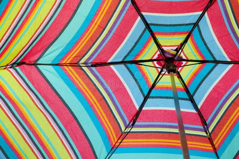 Sguardo in su in un ombrello variopinto orizzontale fotografie stock