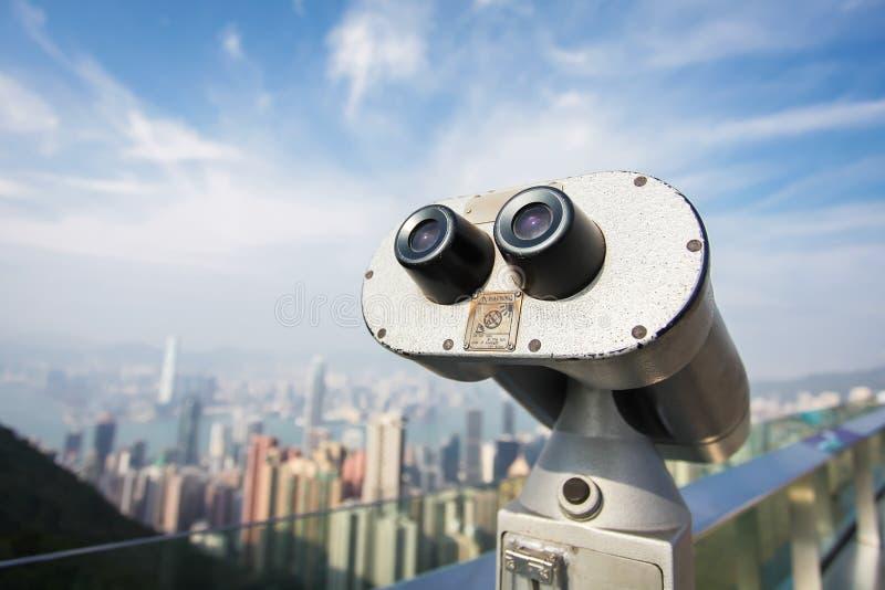 Sguardo turistico alla città di Hong Kong, fine del telescopio sul binocolo del metallo sulla città di trascuratezza di punto di  fotografie stock libere da diritti