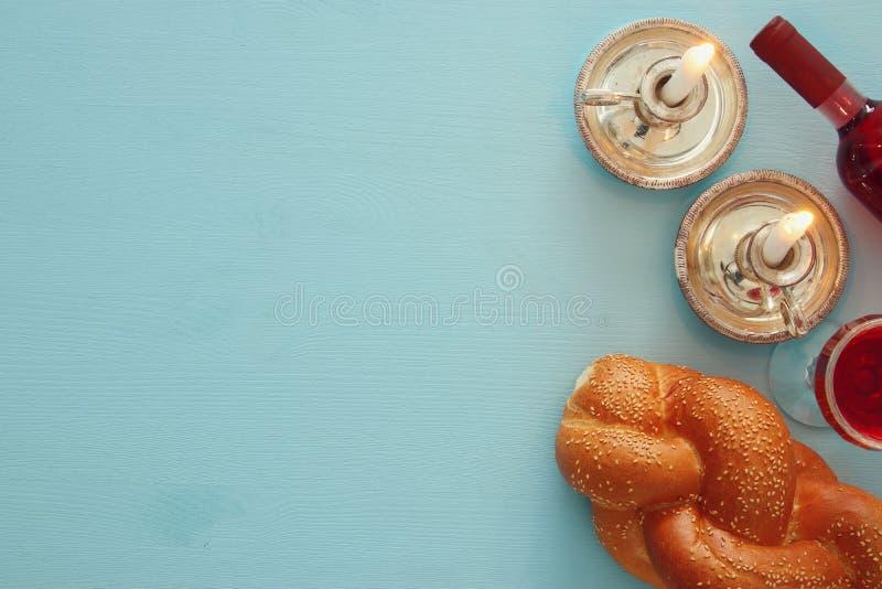 Shabbat图象 鸡蛋面包面包、酒和蜡烛 顶视图 库存图片