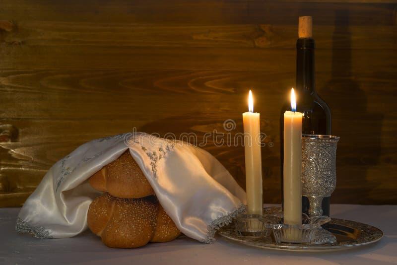 Shabbat Shalom - vino, jalá y velas fotografía de archivo