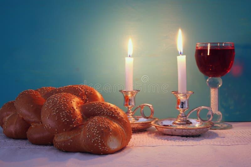 Shabbatbeeld challah brood, shabbat wijn en candela's stock afbeeldingen