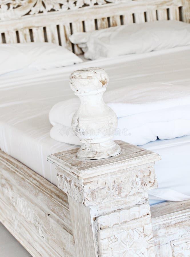 Shabby κομψή κρεβατοκάμαρα σε ένα σπίτι στοκ εικόνες με δικαίωμα ελεύθερης χρήσης