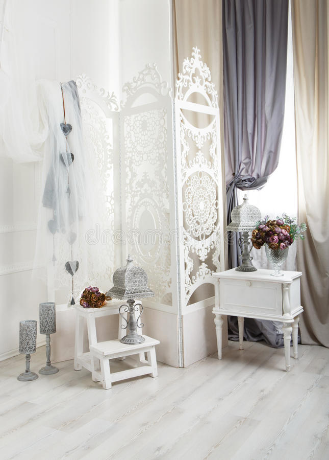 Shabby κομψό άσπρο εσωτερικό δωματίων, γαμήλιο ντεκόρ στοκ εικόνα