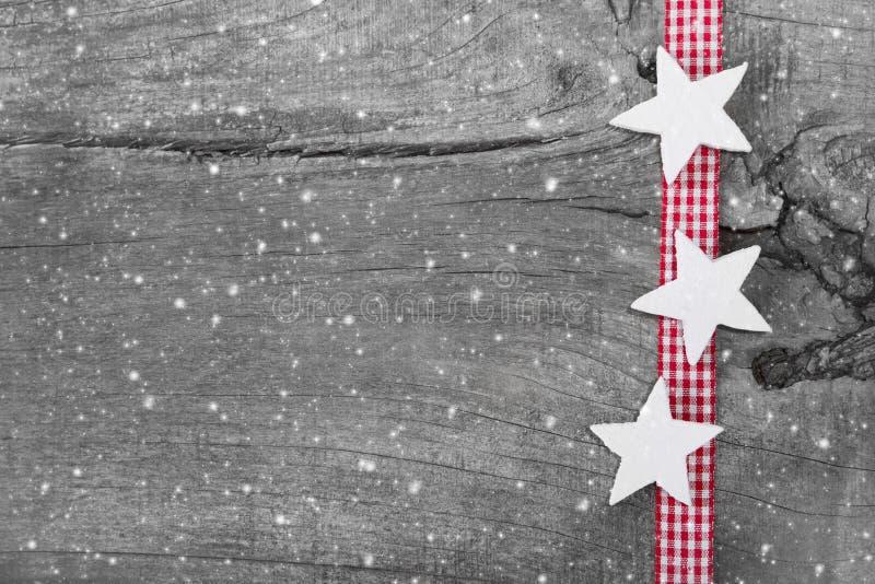 Shabby κομψό υπόβαθρο Χριστουγέννων στο γκρι, το λευκό και το κόκκινο για ένα CH