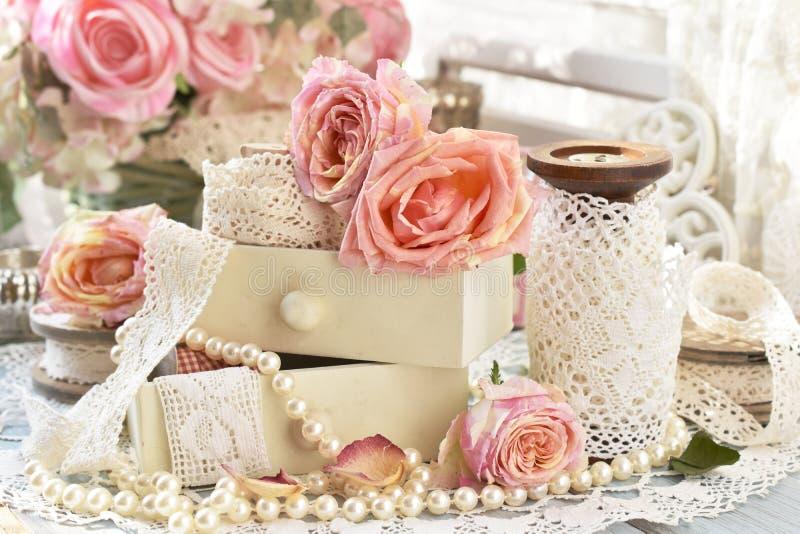 Shabby-Chic-Stil-Dekorationen mit Rosen und Spitzeen stockfoto