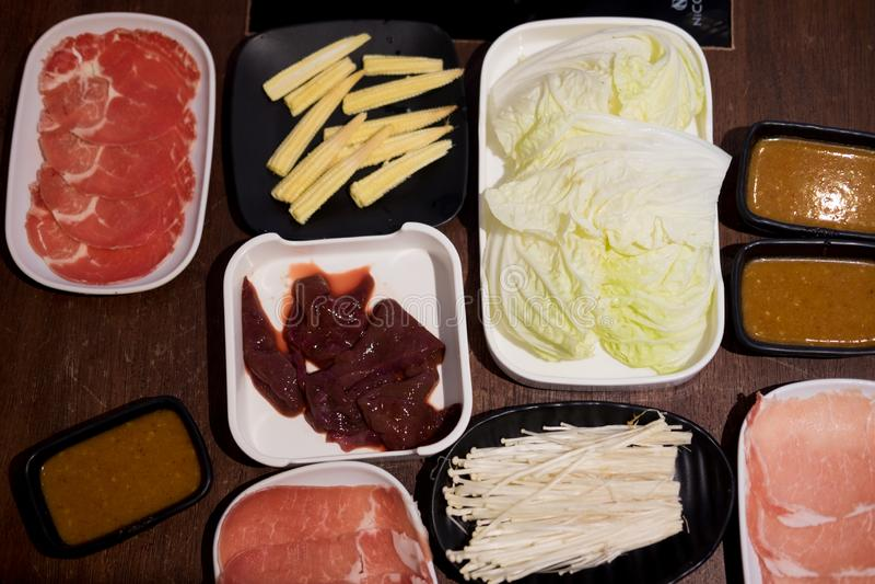 Shabu ajustou o saque com muitos alimento fotos de stock