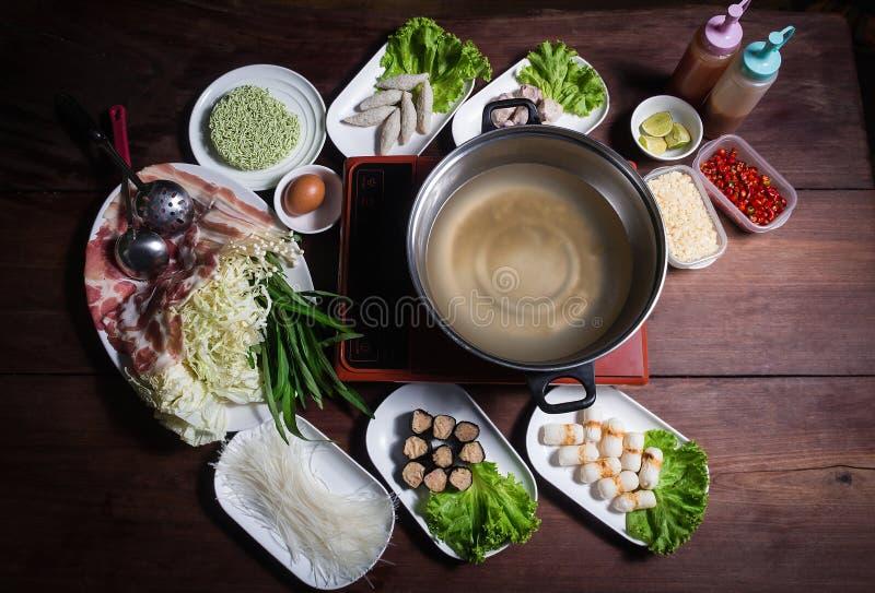 Shabu Shabu, een populaire schotel van varkensvlees, rundvlees, garnalen, pijlinktvis, zeevruchten en verse groenten Geplaatst op stock foto's