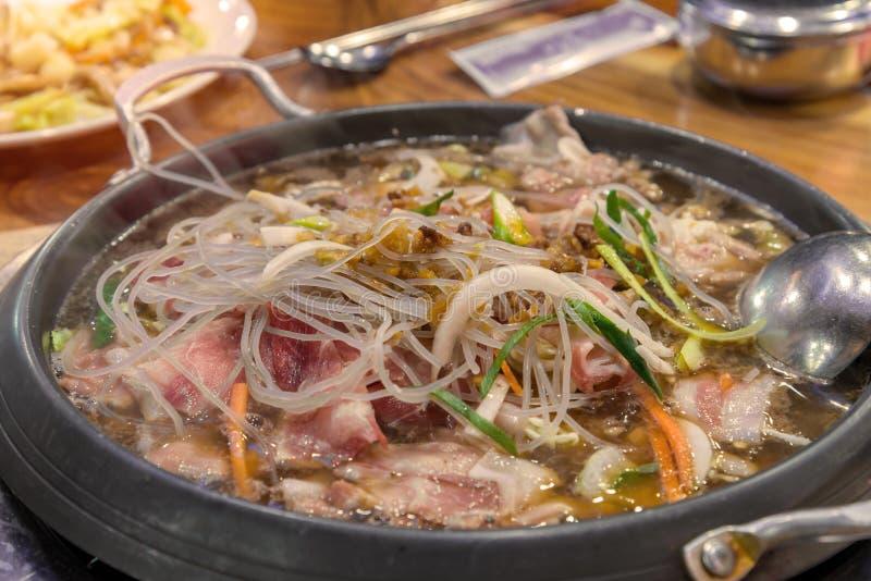 Shabu Sukiyaki está sendo cozinhado no potenciômetro foto de stock royalty free