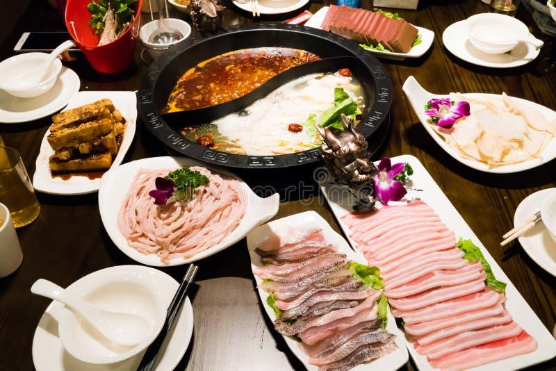 Shabukrukan i kinesisk stil - grisköttsoppa och oljig kryddig soppa arkivbild