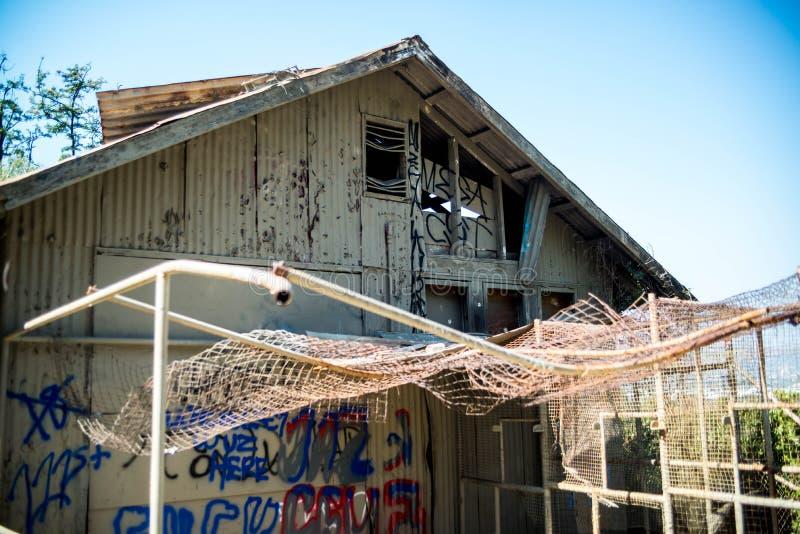 Shack couvert par graffiti étrange pendant la journée image libre de droits