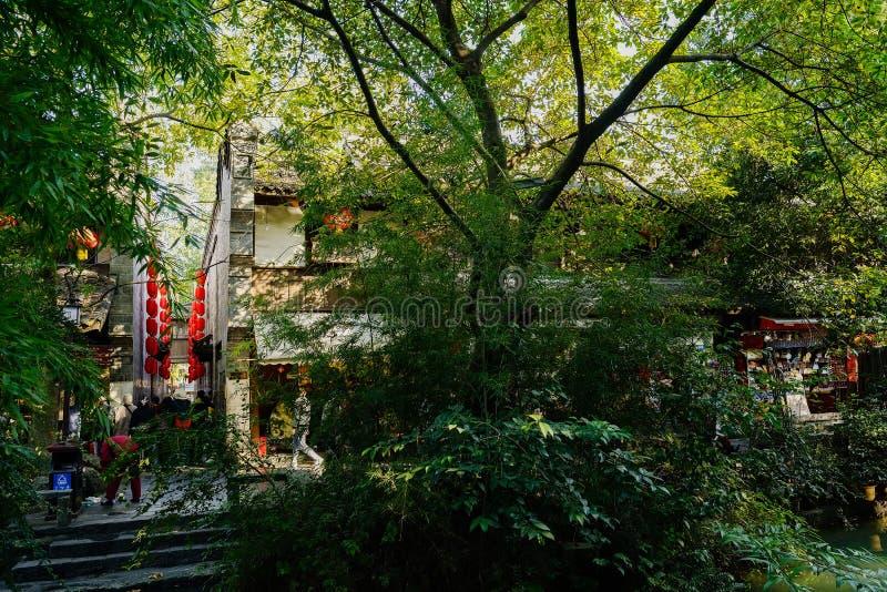 Shady lakeside na ulicy pieszej Jinli w słoneczne popołudnie fotografia stock