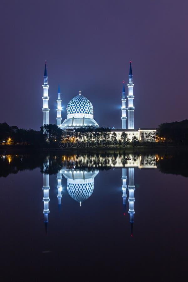 Shah alam, Μαλαισιανό τζαμί κατά τη διάρκεια της ανατολής του ηλίου με αντανάκλαση από τη λίμνη στοκ φωτογραφία