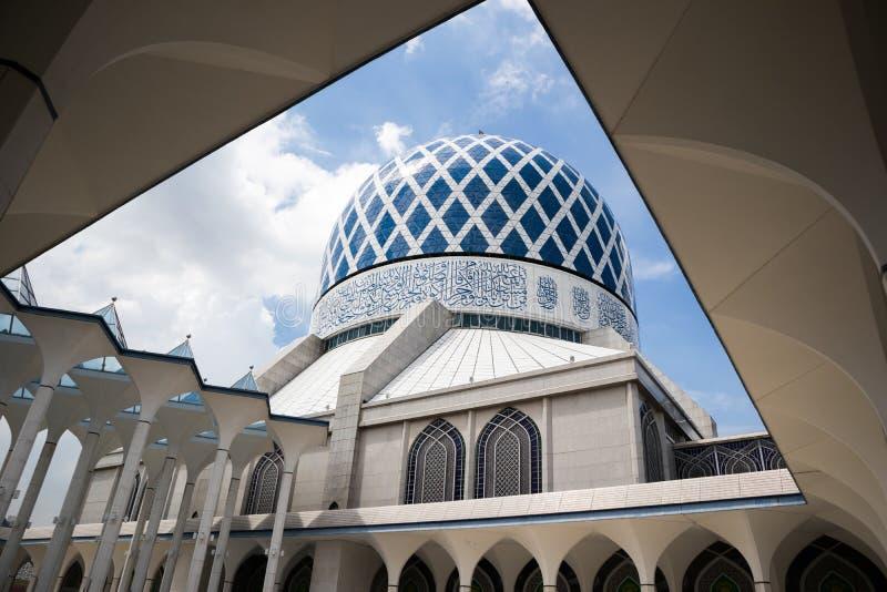 SHAH ALAM MALAYSIA - DECEMBER 5, 2018: Sultan Salahuddin Abdul Aziz Shah moské också som är bekant som blå moské under dag royaltyfria bilder