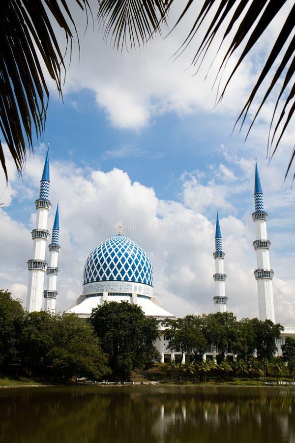 SHAH ALAM MALAYSIA - DECEMBER 5, 2018: Sultan Salahuddin Abdul Aziz Shah moské också som är bekant som blå moské under dag royaltyfri bild