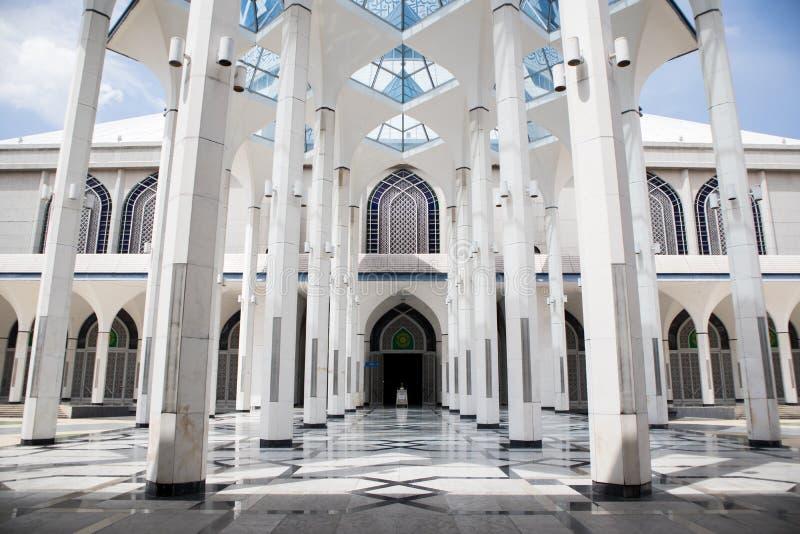 SHAH ALAM MALAYSIA - DECEMBER 5, 2018: Sultan Salahuddin Abdul Aziz Shah moské också som är bekant som blå moské under dag arkivbild
