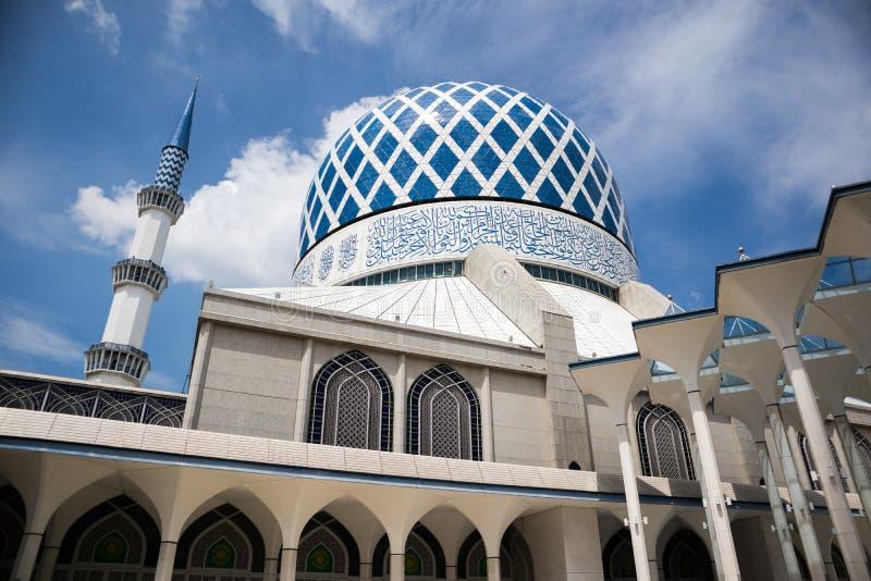 SHAH ALAM MALAYSIA - DECEMBER 5, 2018: Sultan Salahuddin Abdul Aziz Shah moské också som är bekant som blå moské under dag arkivfoto