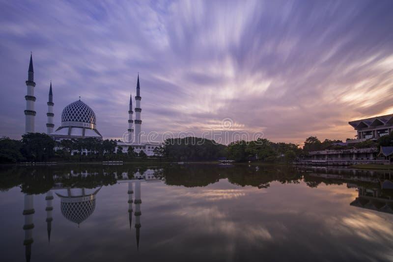 Shah Alam moské med långsam slutarehimmel royaltyfria foton