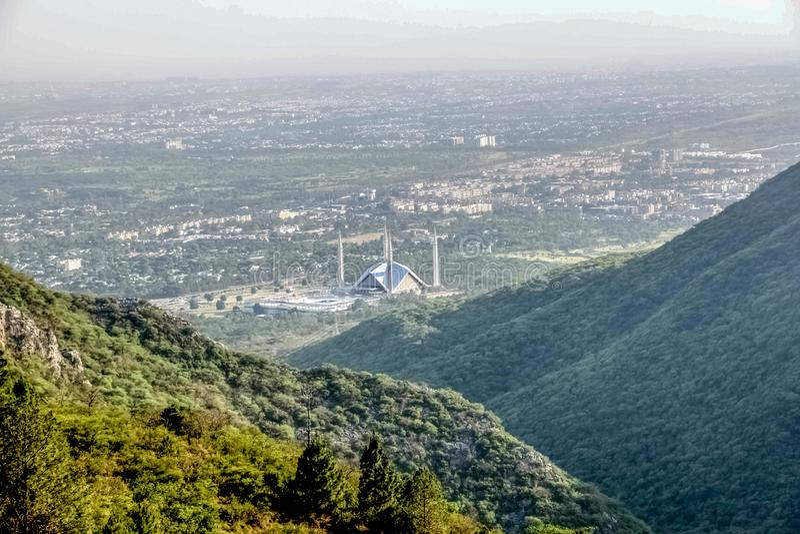 Shah Faisal meczet jest masjid w Islamabad, Pakistan Lokalizować na pogórzach Margalla wzgórza Wielki meczetowy projekt obraz stock