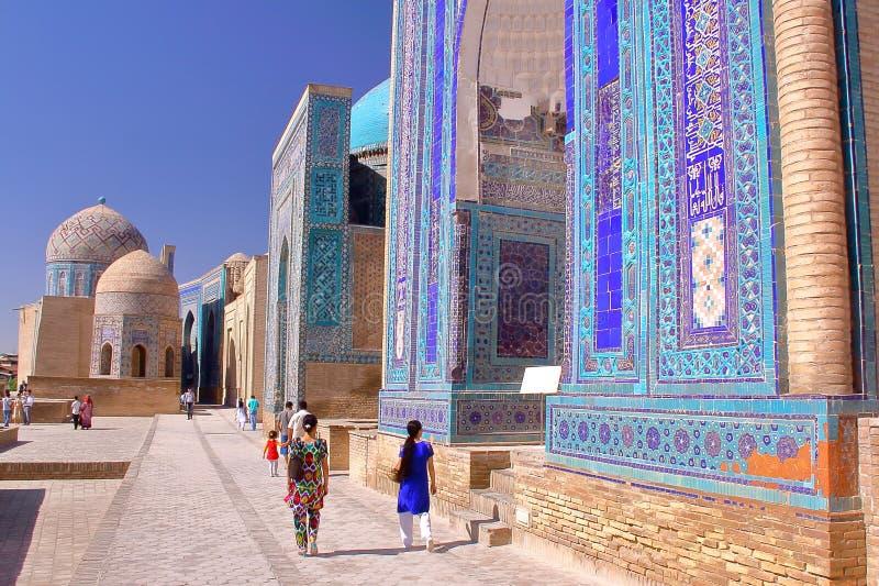 Shah-je-Zinda avec de jeunes femmes coloré habillées d'Ouzbékistan dans le premier plan images stock