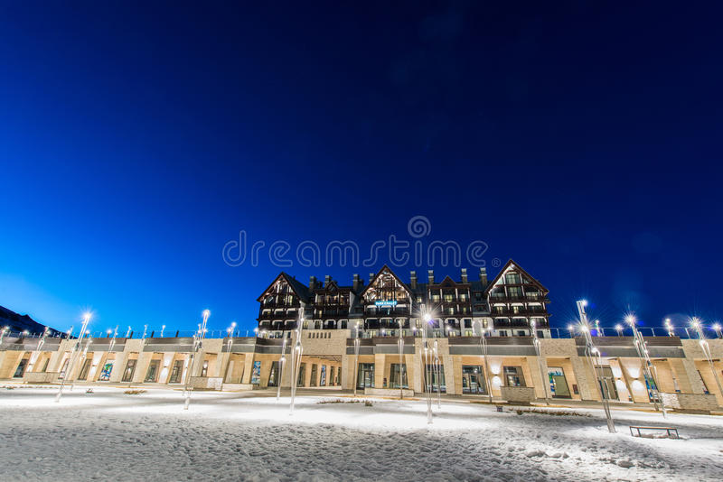 Download Shahdag - 27 Φεβρουαρίου 2015: Ξενοδοχεία τουριστών επάνω Εκδοτική Στοκ Εικόνα - εικόνα από βράδυ, θέρετρο: 62703569