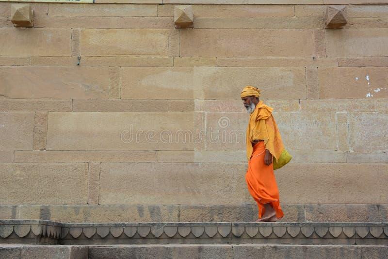 Shaivasadhu die aalmoes op de straat zoeken stock foto