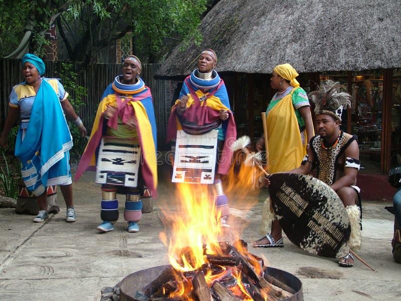 SHAKALAND, AFRIQUE DU SUD - VERS EN NOVEMBRE 2011 : Danseurs non identifiés de zoulou photographie stock