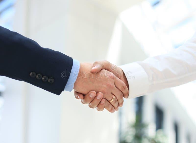 shake руки крупного плана дела стоковая фотография