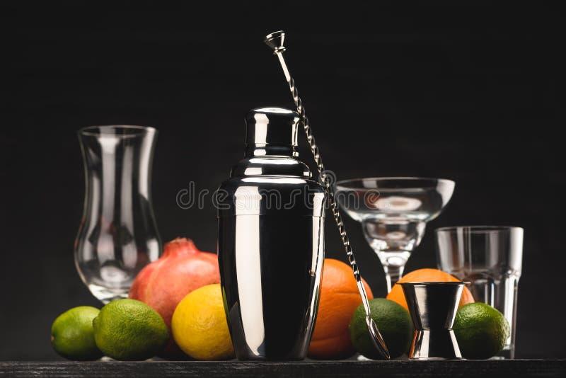 shaker för att förbereda alkoholdrinken och tomma exponeringsglas på tabellen royaltyfri bild