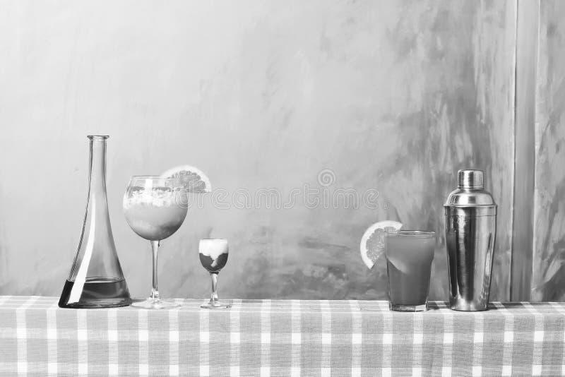 Shaker, flaska med alkohol, singapore remskott och tropisk coctail arkivfoton