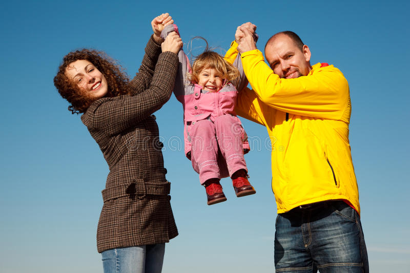 shakes för föräldrar för flickahänder lyckliga fotografering för bildbyråer