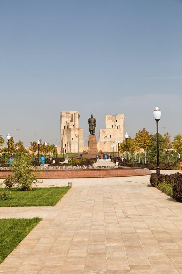 Shakhrisabz parkerar och monumentet till Amir Timur royaltyfri fotografi