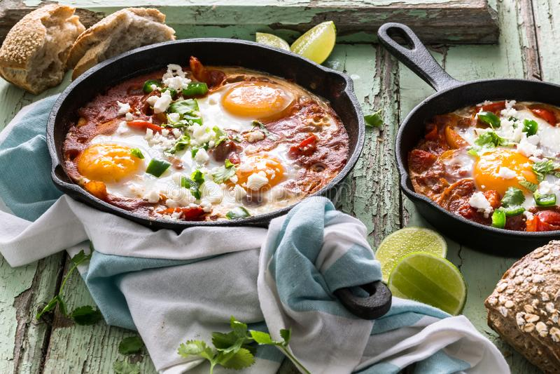 Shakshouka, Fried Eggs in der Tomatensauce stockbild