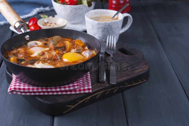 Shakshuka,在西红柿酱的煎蛋复活节早午餐的 复制空间 免版税图库摄影